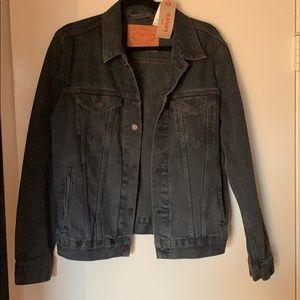 Black denim Levi's jean jacket. NWT